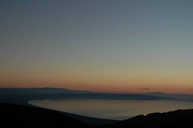 Il Golfo di Sant'Eufemia visto dalla Grotta delle Fate. Sullo sfondo l'Etna.