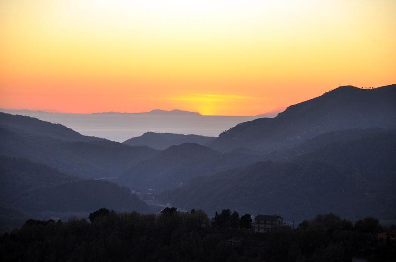 La Valle del Savuto con lo sbocco sul Mar Tirreno. Sullo sfondo Stromboli e le isole Eolie