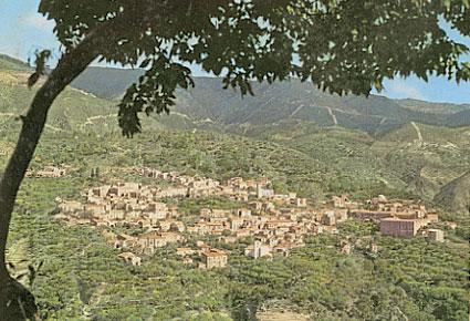 L'abitato di Taverna visto da lontano.