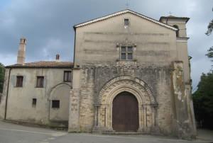Il portale originale dell'abbazia con i suoi rilievi.