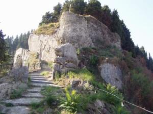 La stretta strada che sale fino al castello.