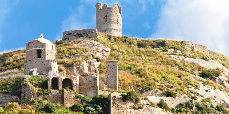 Sullo sfondo la torre del castello.