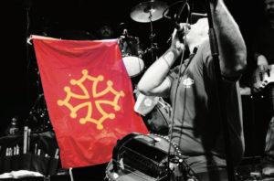 lou_dalfin-con-bandiera-croce-di-tolosa_stage_1