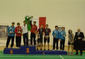 podio-DM-15-con-Denise-Tantucci-di-Un-medico-in-famiglia-giocatrice-e-testimonial-del-Badminton-italiano-con-il-Presidente-FIBa-e-A.D.-di-Coni-Servizi-Alberto-Miglietta