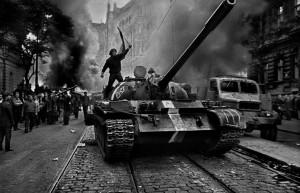 josef-koudelka-primavera-de-praga-1968-02