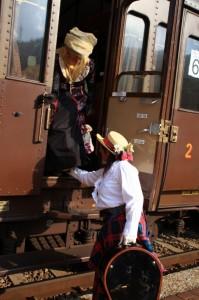 signore-in-abiti-depoca-in-arrivo-con-il-treno1