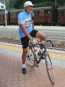 Un ciclisto della Milano - San Remo saluta i viaggiatori