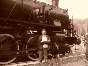 Arriva il treno mentre un curioso sta curiosando