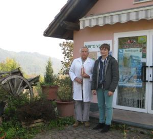 """L'amico Dalpian ci mostra il suo famoso """"Sciroppo di Rose"""" a Tiglieto"""
