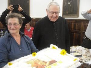 La grande torta in onore del Vescovo