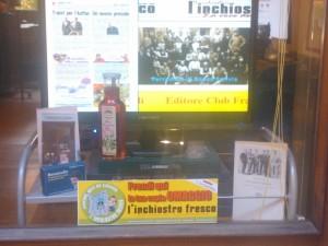 """Lo sciroppo di rose """"Dalpian"""" in bella mostra nella vetrina della redazione de """"l'inchiostro fresco"""" in via Municipio 20 a Novi Ligure"""