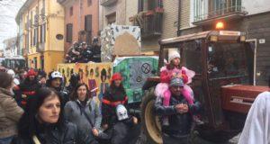Tanto pubblico alla sfilata dei carri di Carnevale a Sale