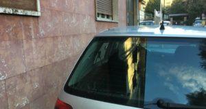 Ancora auto sul marciapiede. A Tortona è guerra contro i parcheggiatori abusivi
