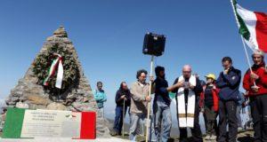 Centinaia di tricolori sulla cima dell'Antola