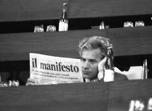 Lucio Magri mentre legge il Manifesto